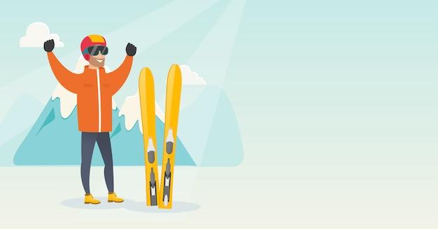 Молодой кавказский лыжник с поднятыми руками
