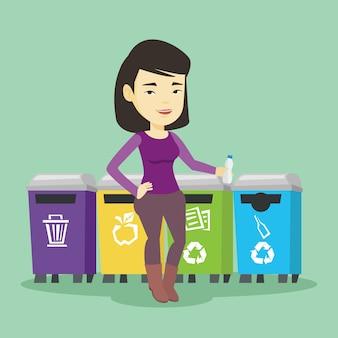Женщина выбрасывает пластиковую бутылку.