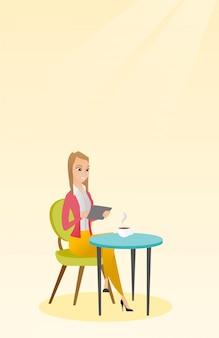 カフェのソーシャルネットワークでサーフィンをする女性。