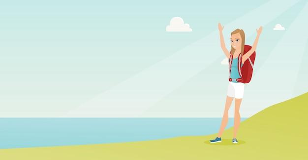 Молодой турист, наслаждаясь пейзажем с поднятыми руками.