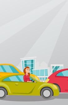 車の中で怒っている白人女性は交通渋滞で立ち往生しています。