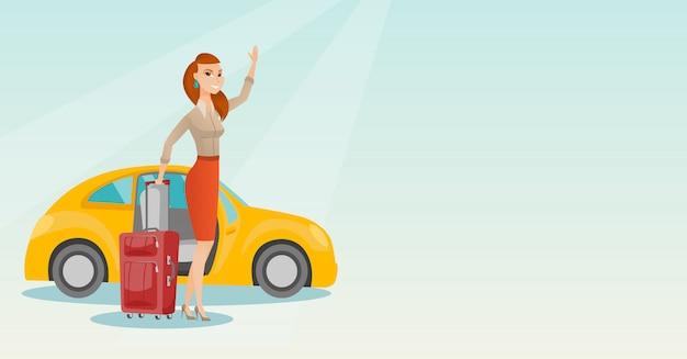 若い白人女性が車の前で手を振っています。