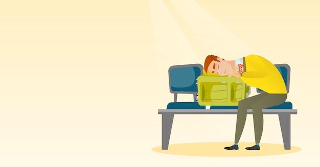 Измученный человек спит на чемодане в аэропорту.