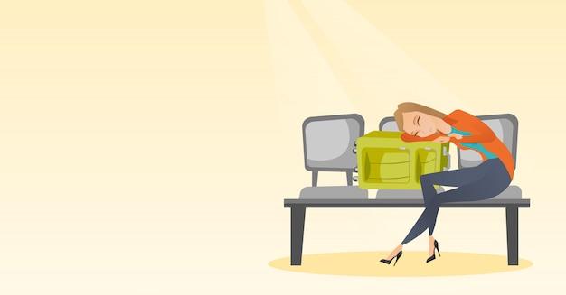 Утомленная женщина спать на чемодане на авиапорте.