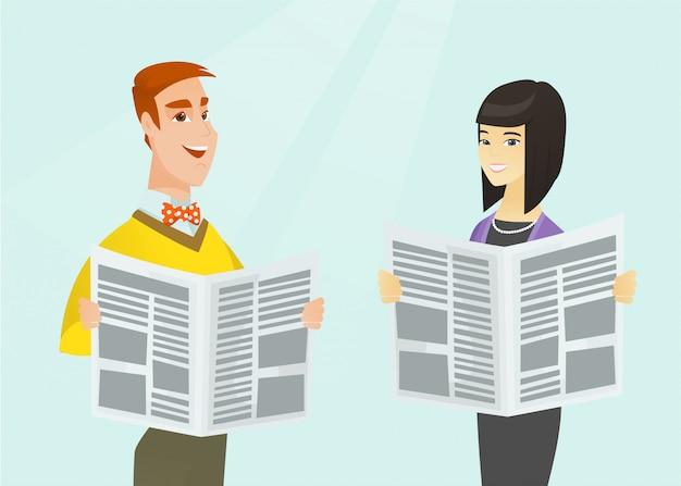 アジアの女性と白人の男が新聞を読みます。