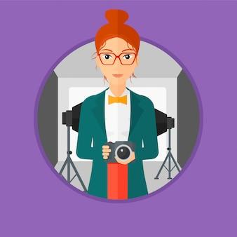カメラを持って笑顔の写真家。