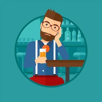 男はバーでオレンジ色のカクテルを飲みます。