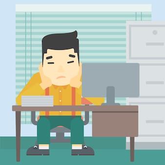 疲れた男のオフィスに座っています。