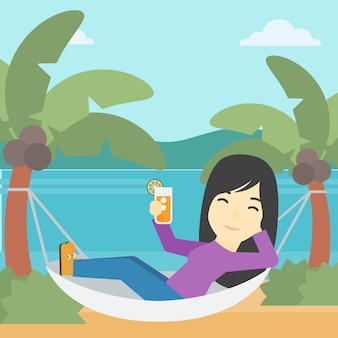 Женщина отдыхает в гамаке.