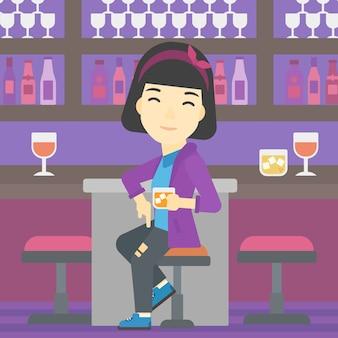 バーのカウンターに座っている女性。