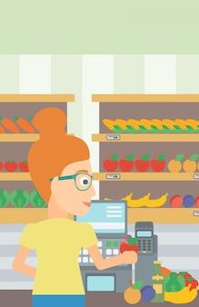 スーパーのレジでレジ係。