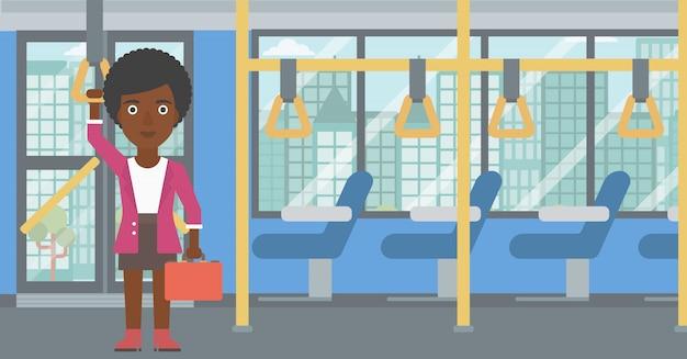 公共交通機関で旅行する女性。