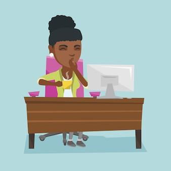 あくび若いアフリカ系アメリカ人の疲れたオフィスワーカー