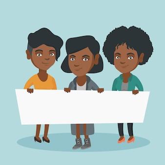 白い空白板を保持している若い女性のグループ。
