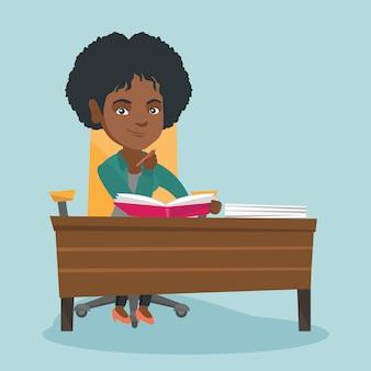 Африканский студент сидит за столом и мышления.