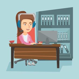 Деловая женщина с гарнитурой, работающих в офисе.
