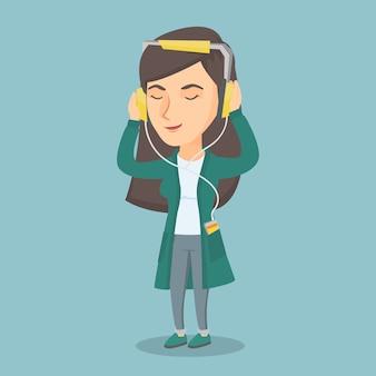 Кавказская женщина в наушниках слушает музыку.