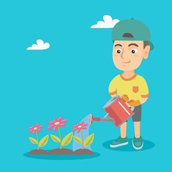 Кавказский мальчик полива цветов в саду.