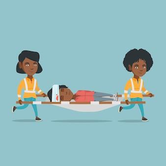 担架で女性を運ぶ救急医師。