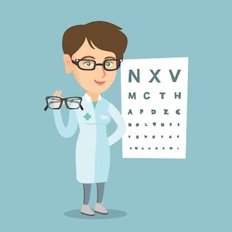 白人の眼科医が眼鏡を保持しています。
