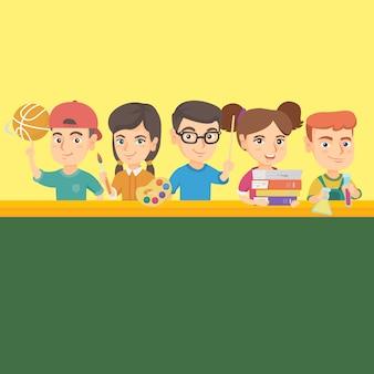 学用品とテーブルに立っている子供たち。