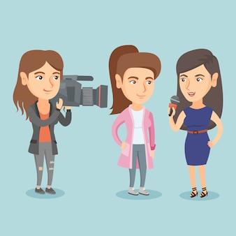 マイクを使って記者が女性にインタビューします。