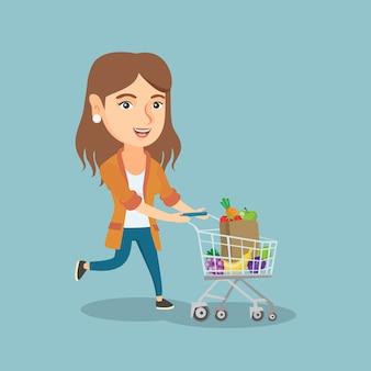 ショッピングのトロリーで実行している白人の女性。