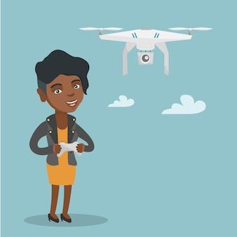 Молодая женщина афро-американских летающих беспилотников.