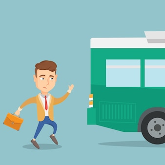 Опоздавший мужчина бежит за автобусом.