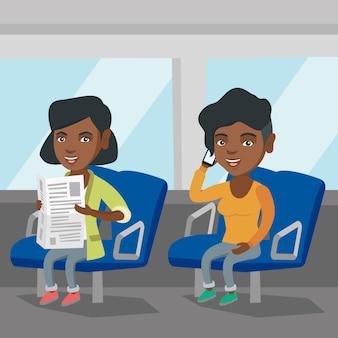 公共交通機関で旅行するアフリカの女性。