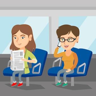 公共交通機関で旅行する白人女性。