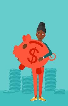 貯金箱を運ぶ女性。