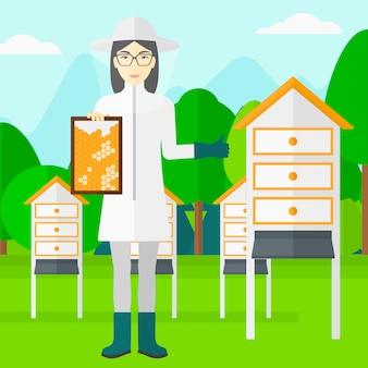 Пчеловод на пасеке.