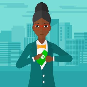 Женщина кладет деньги в карман.