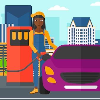 車に燃料を充填する女性。