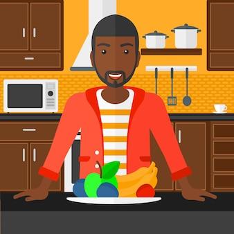 健康食品を持つ男。
