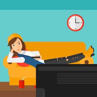 ソファに横たわる女。