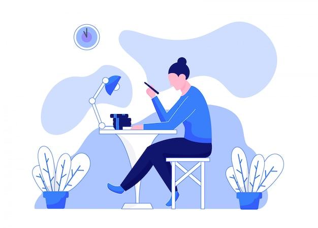 Женщина учится, сидя за столом