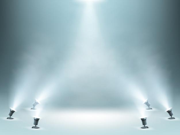 煙効果のあるスポットライトで照らされたステージ