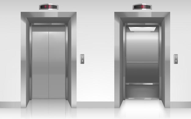 Открытые и закрытые металлические двери лифта в прихожей