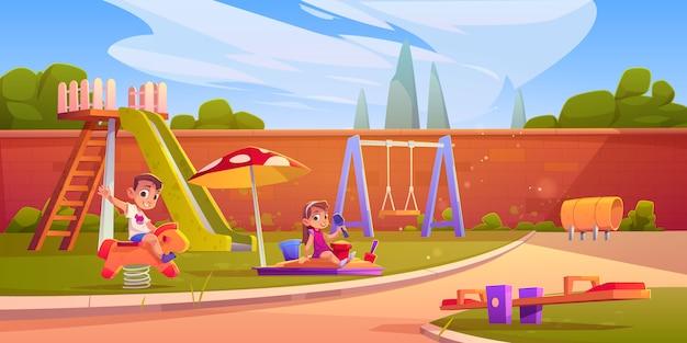 Дети на детской площадке в летнем парке или детском саду