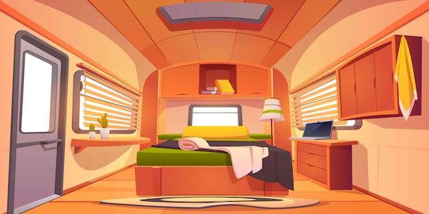 Интерьер трейлера кемпинга р.в. с неубранной кроватью,