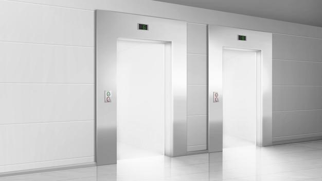 開いているエレベーターのドアからの光で空の廊下