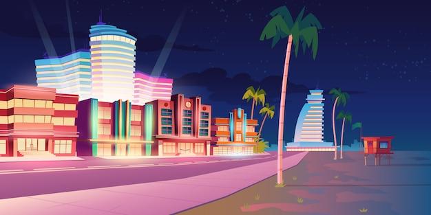 Улица в майами с отелем и песчаным пляжем ночью