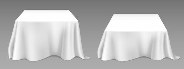 正方形のテーブルに白いテーブルクロス。宴会レストラン、休日のイベントやディナーのためのカーテンと空のリネン布で空のダイニングデスクのベクトル現実的なモックアップ。布製カバー付きテンプレート
