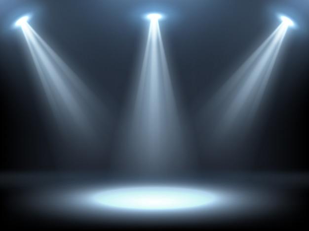 Сцена освещается прожекторами
