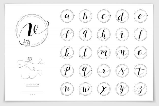 Ручной обращается алфавит написано пером кисти.
