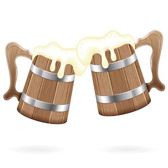 Две деревянные кружки с пивом