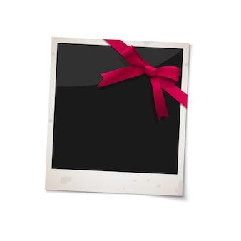 赤いリボンの弓とポラロイド写真フレーム