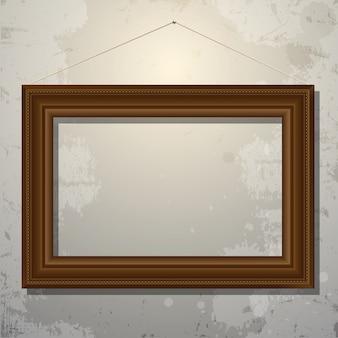 Деревянная пустая рамка картины на старой стене